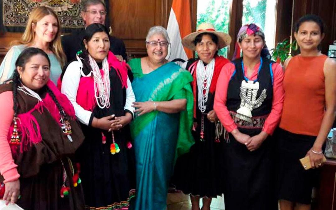 Formación de mujeres de etnias originarias en energía solar.